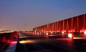 Kilometro-Rosso_il-muro-e-il-parcheggio-esterno
